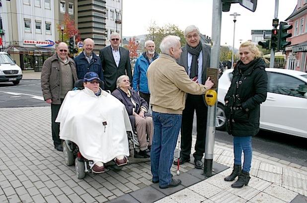 Vertreter der Behinderten-Interessenvertretung stellten gemeinsam mit Bürgermeister Uli Hess und dem Künstler Klaus Sauerwald die neuen Blindenhinweistafeln am Ruhrplatz vor (Foto: Stadt Meschede).