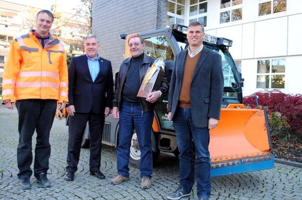 Ein Dankeschön an Norbert Senge (2. v.r.) für mehr als vier Jahrzehnte engagierten Winterdienst-Einsatz (v.l.): Bernd Pape, Bürgermeister Wolfgang Fischer und Thomas Rösen (Foto: Stadt Olsberg).