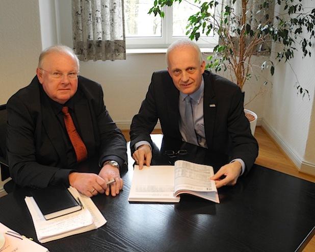 Den Haushaltsentwurf 2015 stellten jetzt Kämmerer Bernd Schäfer (l.) und Bürgermeister Christoph Ewers (r.) vor (Foto: Gemeinde Burbach).