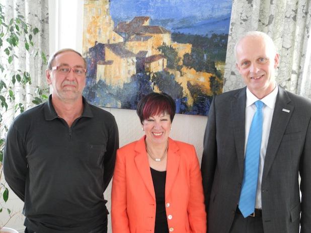 Die langjährige Mitarbeiterin Gertraude Buske wurde jetzt in einer kleinen Feierstunde durch den Bürgermeister Christoph Ewers in den Ruhestand verabschiedet (Foto: Gemeinde Burbach).