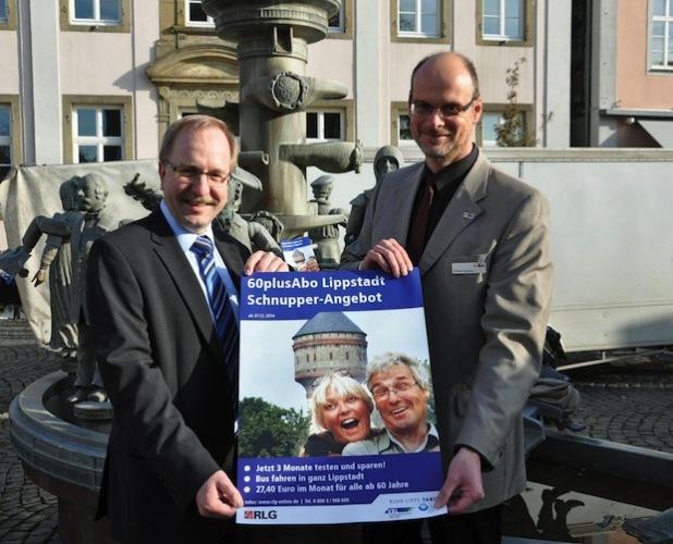 Der günstige Preis und die Nutzungsmöglichkeiten machen das 60plusAbo Lippstadt so attraktiv – da sind sich Bürgermeister Christof Sommer (r.) und Hauke Möller, Leiter RLG-Verkehrsmanagement, sicher (Foto: Stadt Lippstadt).