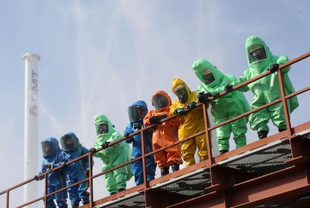 Zu dieser regelrechten Modenschau mit Chemikalienschutzanzügen (CSA) kam es am Prüfungstag (Foto: Sven Kleindopp/Presseteam Feuerwehr Kreis Soest).