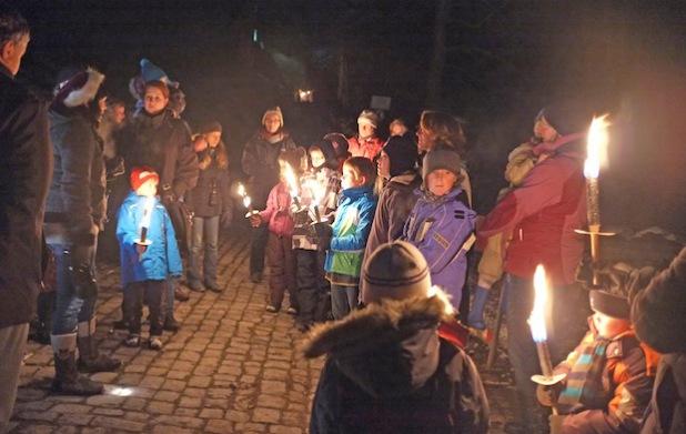 Mit Fackeln geht es bei der Lichterführung am Nikolaustag rund um die Burg Altena (Foto: Märkischer Kreis).