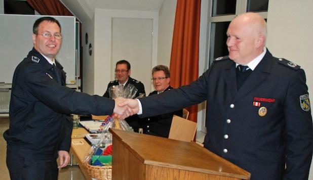 Dietmar Eckhardt (r.) bei der Verabschiedung von Stadtjugendfeuerwehrwart Michael Starke (Foto: Feuerwehr Lennestadt).