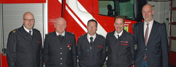 Von links: Kreisbrandmeister Christoph Lütticke, Dietmar Eckhardt, Michael Starke, Björn Greene und Bürgermeister Stefan Hundt (Foto: Feuerwehr Lennestadt).