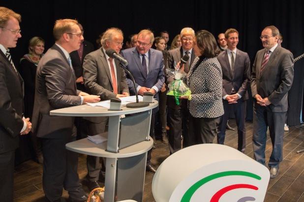 Landrätin Eva Irrgang (2. v.r.) überreicht Dirk Glaser (2. v.l.) ein Abschiedsgeschenk (Foto: Südwestfalen Agentur).
