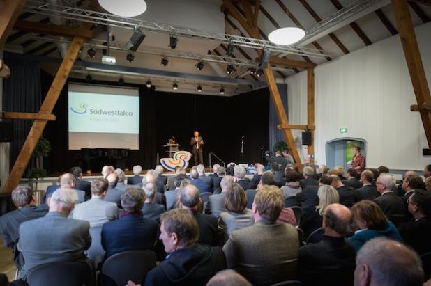 Dirk Glaser resümiert die Zeit während der Regionale und verabschiedet sich offiziell von den mehr als 100 Gästen (Foto: Südwestfalen Agentur).