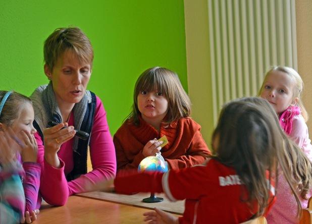Kleine Wissenschaftler des St. Marien-Kindergartens in Lippetal-Lippborg mit Dr. Vera Romberg-Forkert von Science Lab e.V. in Lippstadt (Foto: Anja Besse/Kreis Soest).