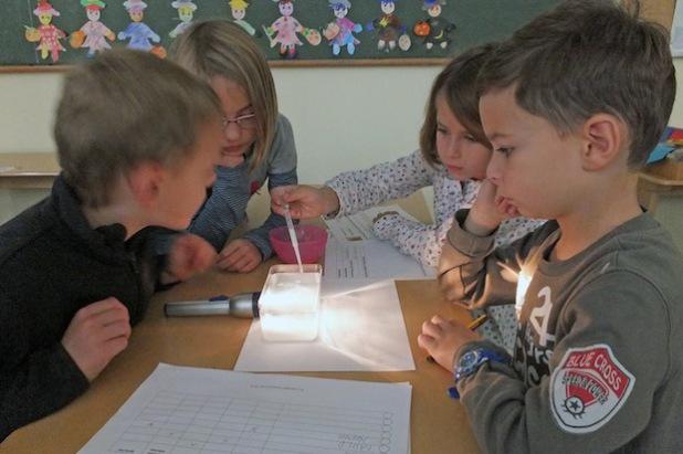 Schülerinnen und Schüler der Petri-Grundschule in Soest verfolgen gespannt den Versuchsverlauf (Foto: Achim Schmacks/Kreis Soest).