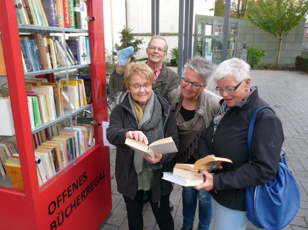 Barbara Heidenreich, Bernd Strätgen, Birgit Spiekermann und Ute Heginger (v.l.) kümmern sich ehrenamtlich um das Offene Bücherregal in Lippstadt (Foto: Stadt Lippstadt).