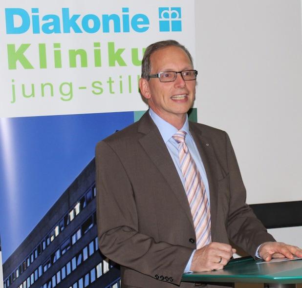 Chirurg Dr. Andreas Müller referierte im Hörsaal des Diakonie Klinikums Jung-Stilling in Siegen vor mehr als 100 Zuhörern über Ausstülpungen des Dickdarms (Foto: Diakonie in Südwestfalen gGmbH).
