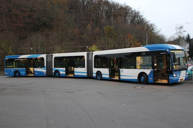 Der Doppelgelenkbus wird auf Siegens Straßen getestet (Foto: VWS GmbH).