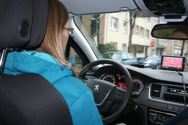 Beim Autofahren gibt es wertvolle Tipps, Sprit zu sparen (Foto: Erkens).