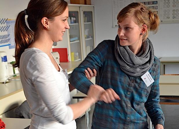 """Teilnehmerinnen trainieren Haltungen und Handgriffe im Workshop """"Intervention und Selbstschutz"""" (Foto: Achim Schmacks/Kreis Soest)."""