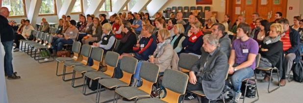 Rainer Gall diskutiert mit den Teilnehmern Aspekte der Konfrontationspädagogik (Foto: Achim Schmacks/Kreis Soest).