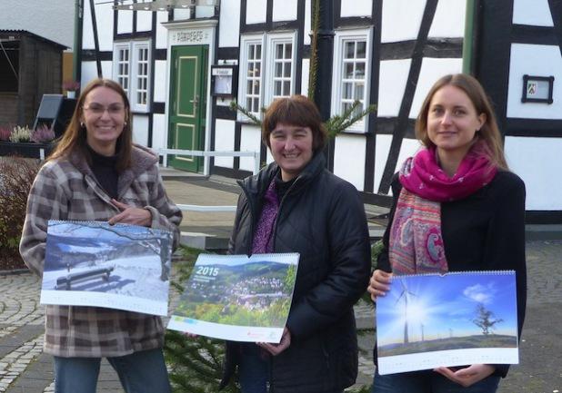 Susanne Birlenbach, Kornelia Heer und Anne-Kathrin Hoß präsentieren den Hilchenbacher Fotokalender 2015 (Foto: Stadt Hilchenbach).