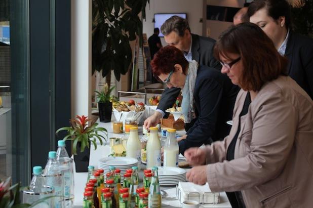 Fachleute der Gesundheitsbranche und Firmenvertreter bedienen sich am reichhaltigen Frühstücksbuffet (Foto:  Diakonie in Südwestfalen gGmbH).