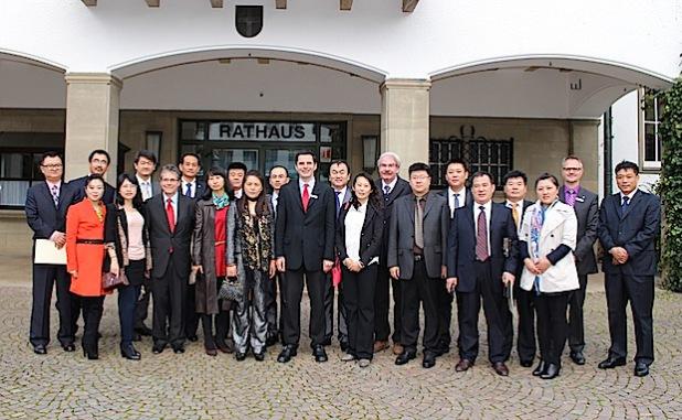Bürgermeister Pospischil und  Dezernent Christoph Hesse von der Hansestadt Attendorn begrüßten die Gäste aus China im Rathaus (Foto: Hansestadt Attendorn).