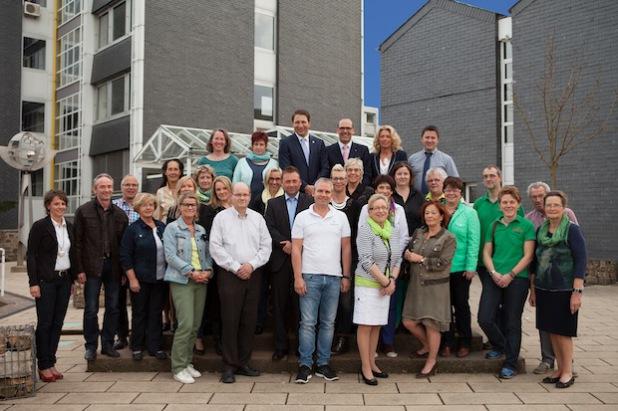 Auf dem Rathausplatz – dort, wo am 20. Dezember der 2. Brunnenzauber an den Start gehen soll – haben sich die Mitglieder der Aktionsgemeinschaft ProKunde Neunkirchen (PKN) zusammengefunden (Foto: Gemeinde Neunkirchen).