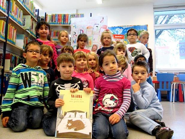 Begeistert ließen sich die Schulkinder des Kindergartens St. Walburga mit in die Welt der Bücher entführen (Foto: Stadtbücherei Meschede).
