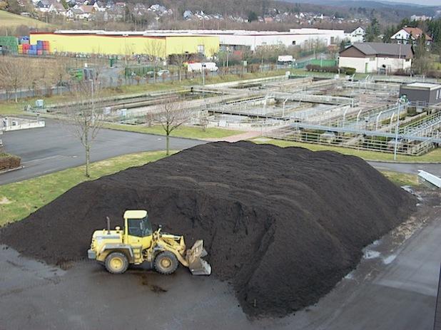 Jede Menge qualitativ hochwertiger Kompost wartet auf der Kläranlage Ferndorftal darauf, aufgeladen und mitgenommen zu werden (Foto: Stadt Hilchenbach).