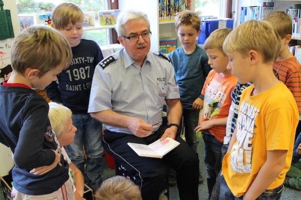 Buch statt Blaulicht: Polizeihauptkommissar Otto unterstützte die Wilnsdorfer Bibliothek in der Leseförderung für Jungen (Foto: Gemeinde Wilnsdorf).