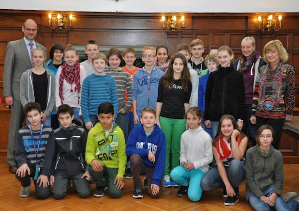 """""""Hier wird Politik gemacht!"""" Im Rathaussal trafen die Ostendorfschüler zum zweiten Mal im Rahmen ihres Projektes auf Bürgermeister Christof Sommer (Foto: Stadt Lippstadt)."""