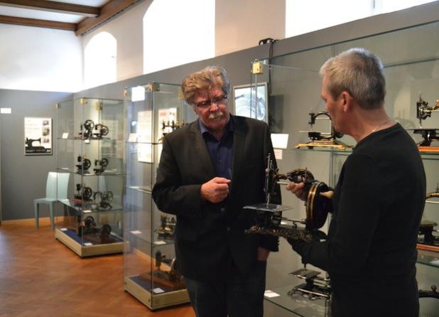 Museumsleiter Gerd Schäfer (l.) und Marco Trapp präsentieren historische Nähmaschinen (Foto: Stadt Iserlohn)