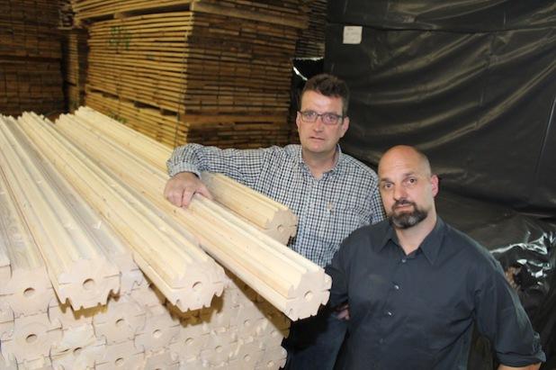 Architekt Ralph Levers (dunkles Hemd) und Hubertus Hegener-Hachmann mit NATURI-Komponenten (Foto: Hegener-Hachmann GmbH & Co. KG).