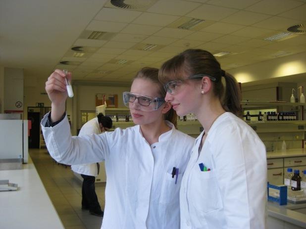 Die Auszubildenden der PTA des Hochsauerlandkreises, Leonie und Frauke, lernen, Medikamente herzustellen (Foto: PTA HSK).