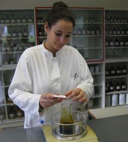 Saryna, Auszubildende der PTA des HSK, lernt, Medikamente herzustellen (Foto: PTA HSK).