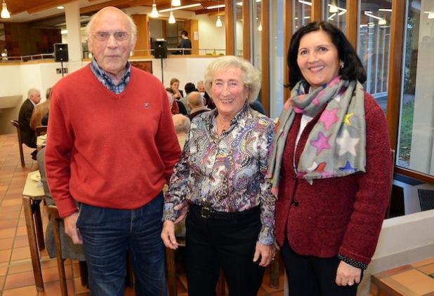 Beim Treffen der ehemaligen Mitarbeiter im Kreishaus begrüßte Landrätin Eva Irrgang (r.) die älteste Teilnehmerin und den ältesten Teilnehmer. Es waren (v.l.) Wolfgang Schorlemer (88) und Ingrid Asseburg (83), beide aus Soest (Foto: Thomas Weinstock/Kreis Soest).