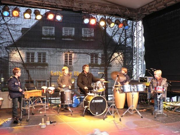 Die Percussiongruppe beim Auftritt anlässlich des Weihnachtsmarktes auf dem Marktplatz (Foto: Kreisstadt Olpe/Musikschule).