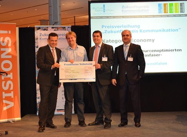 Von links nach rechts: Oliver Schwebel, (Wirtschaftsförderung Frankfurt), Preisträger Jens Wiggenbrock, Stefan Glusa (Telekommunikationsgesellschaft Südwestfalen mbH) und Hans Joachim Wolff (Vorstand DVPT e.V.) - Bild: DVPT e.V.