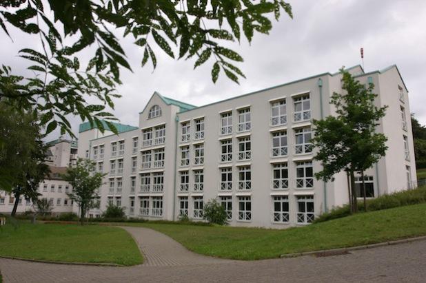 Was tun, wenn Angehörige in eine Pflegeeinrichtung wechseln?  Mit dieser Thematik befasst sich das nächste Patientenforum, zu dem das St. Walburga-Krankenhaus Meschede (Foto) am Mittwoch, 12. November, ab 18 Uhr einlädt (Foto: St.Walburga-Krankenhaus Meschede GmbH).