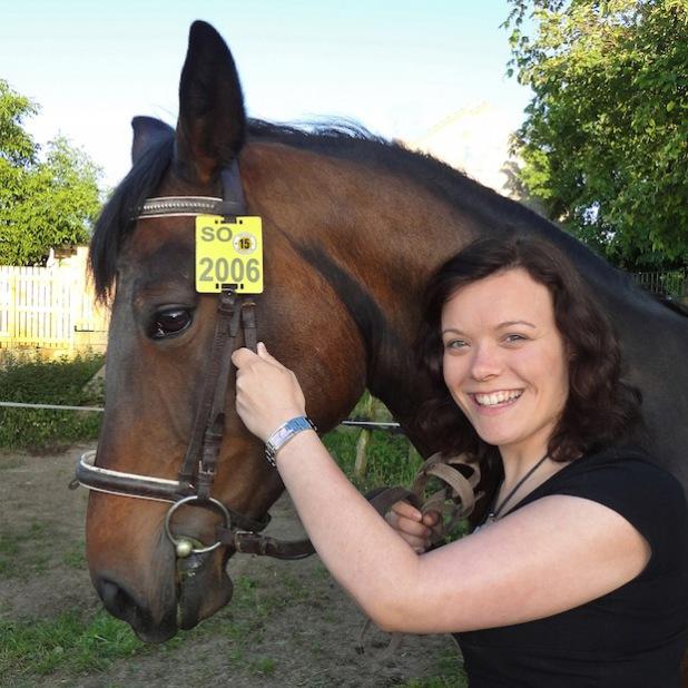 Wer ausreitet, muss ein gültiges Kennzeichen führen. Die Farbe Gelb kennzeichnet die Reiterplakette für das Jahr 2015 (Foto: Kreis Soest).
