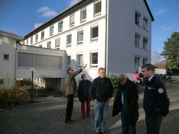 Das Foto zeigt von links nach rechts: Hr. Schröder-Hörster (Johanniter), Birgit Sippel MdEP, Hr. Ditz und Hr. Ernst (Bezirksregierung Arnsberg) sowie Hr. Rathje (Johanniter) im Gespräch (Foto: Europabüro Birgit Sippel MdEP).