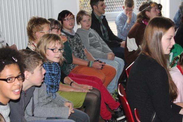 Schülerinnen und Schüler der Kardinal-von-Galen-Schule zeigten ihre Begeisterung für die vollständig modernisierte Schule in Eslohe. Dort ist sie seit fast 40 Jahren ansässig (Foto: Pressestelle Hochsauerlandkreis).
