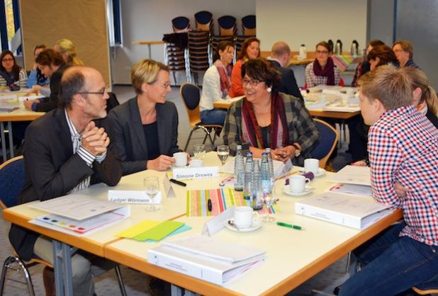 24 Pädagogen aus schulischen Steuergruppen qualifizieren sich auf Einladung des Regionalen Bildungsbüros im Schuljahr 2014/2015 zu Schulentwicklungs- und Teammanagern (Fotos: Anja Besse/Kreis Soest).