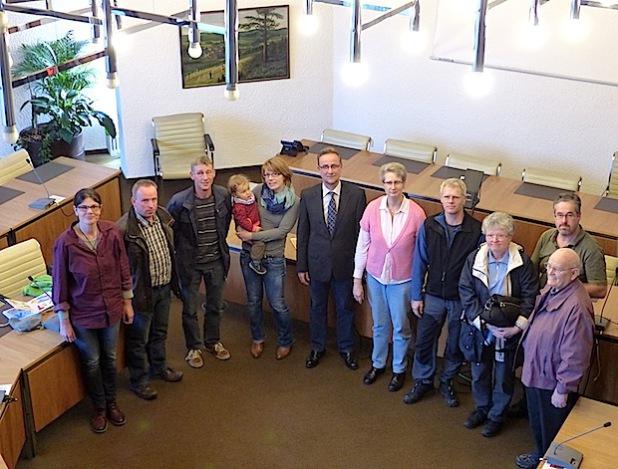 Gruppenbild einiger Empfänger der Auszahlung aus dem Umweltfonds mit Klimaschutzmanagerin Birgit Frerig-Liekhues (links) und Bürgermeister Hans-Peter Hasenstab in der Bildmitte - Foto: Stadt Hilchenbach.
