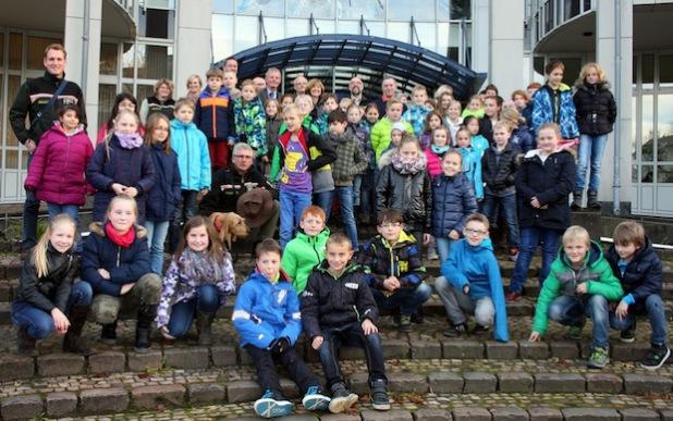 Die Schülerinnen und Schüler der Hauptpreis-Gewinnerklassen vor dem Kreishaus Meschede mit den Organisatoren (Foto: Pressestelle Hochsauerlandkreis).