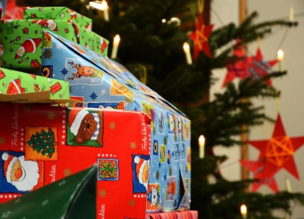 Aus den Wünschen, die am Weihnachtsbaum im Foyer des Kreishauses oder im Haus des Gastes in Bad Sassendorf und im Romantik-Landhotel Knippschild in Rüthen-Kallenhardt hängen, sollen Geschenke für Kinder werden (Foto: Judith Wedderwille/Kreis Soest).