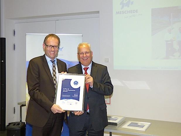 Jürgen Bartholmé nahm die Urkunde für die familienfreundliche Stadt Meschede aus den Händen von Landrat Dr. Karl Schneider entgegen (Foto: Hochsauerlandkreis).