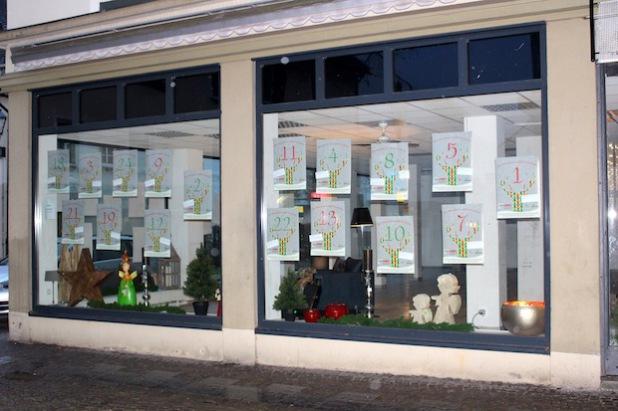 Informationen zu den 24 Kalender-Türchen finden sich im Schaufenster der ehemaligen Spielzeugkiste in der Wasserstraße (Foto: Hansestadt Attendorn).