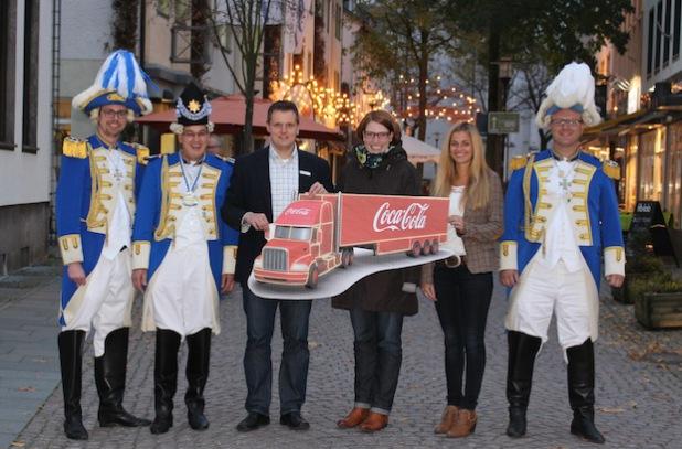 Christoph Höffer (l.), Ralf König (2. v.l.) und Frank Brettschneider (r.) von der Prinzengarde Attendorn freuen sich mit Frank Burghaus (3. v.l.), Susanne Filthaut (3. v.r.) und Kristin Meyer (2. v.r.) von der Hansestadt Attendorn auf den Besuch vom Coca-Cola Weihnachtstruck am 14. Dezember 2014 (Foto: Hansestadt Attendorn).