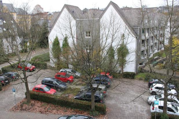 """Im """"Schüldernhof"""" in Attendorn fallen aufgrund der geplanten Erweiterung des Seniorenhauses """"St. Liborius"""" ab dem 25. November  16 Parkplätze weg (Foto: Hansestadt Attendorn)."""