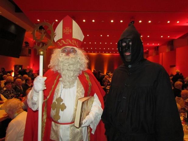 Traditionell endet der vorweihnachtliche Seniorennachmittag mit dem Besuch vom Nikolaus und seinem Knecht Ruprecht (Foto: Hansestadt Attendorn).