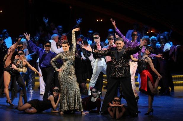 In der Mitte: Kristine Larissa Funkhauser (Daisy Darlington) und Bernhard Hirtreiter (Mustafa Bei) sowie Tänzerinnen des balletthagen und des Chors (Foto: Klaus Lefebvre/Rechte: theaterhagen).