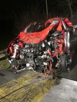 Nach dem Zusammenstoß mit zwei Pferden war der Pkw völlig beschädigt (Foto: Kreispolizeibehörde Soest).