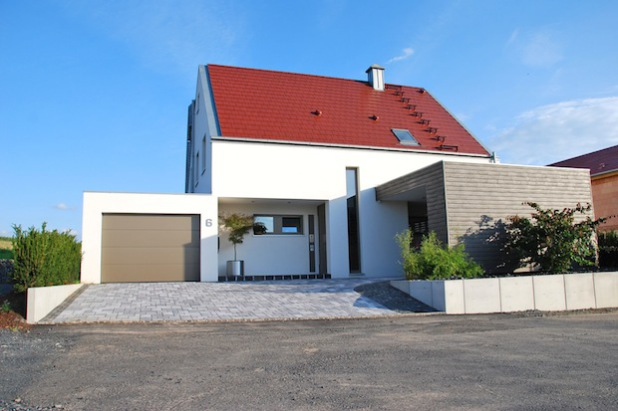 Für die meisten Bauherren spielt heute das Thema gesundes Wohnen eine entscheidende Rolle (Foto: djd/Massiv-Holz-Mauer/Herrmann Massivholzhaus).